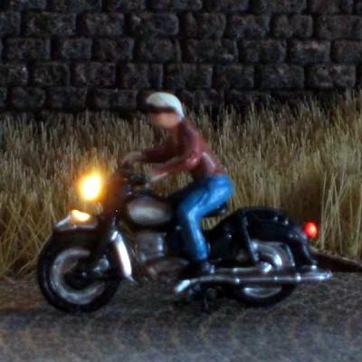 1:120 Motorradfahrer mit Latzhose + Sozius   - Preiser Figur beleuchtet by Bicyc-LED | günstig bestellen bei Modelleisenbahn Center  MCS Vertriebs GmbH