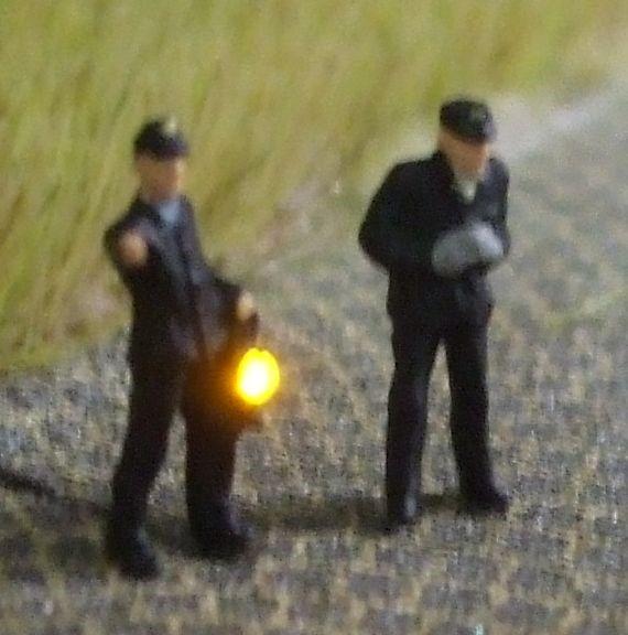 1:120 BW-Personal, 2 Figuren, einer davon mit beleuchteter Handlampe  - Preiser Figur beleuchtet by Bicyc-LED | günstig bestellen bei Modelleisenbahn Center  MCS Vertriebs GmbH