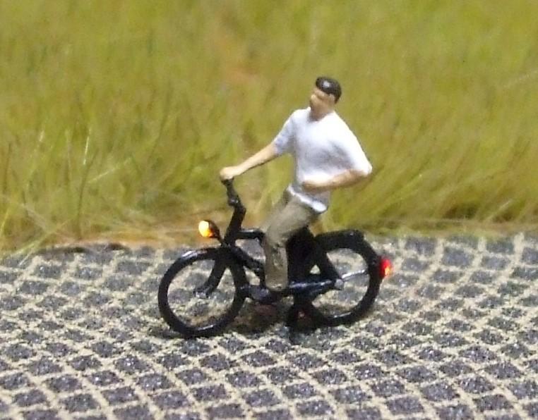 1:160 Radfahrer mit kurzärmligem Hemd  - Preiser Figur beleuchtet by Bicyc-LED | günstig bestellen bei Modelleisenbahn Center  MCS Vertriebs GmbH