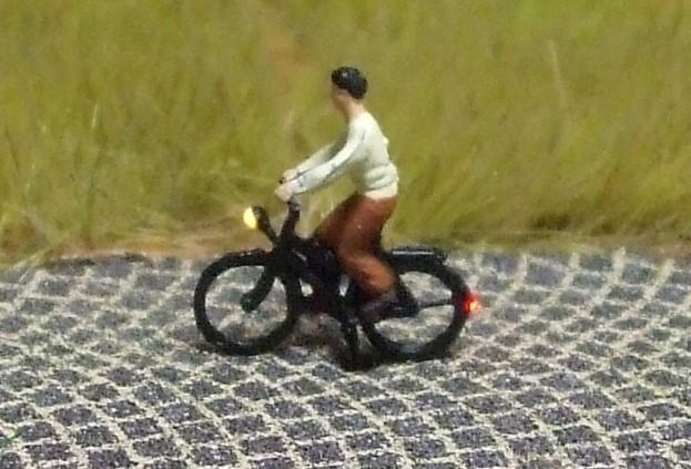 1:160 Radfahrerin mit Bluse + Rock  - Preiser Figur beleuchtet by Bicyc-LED | günstig bestellen bei Modelleisenbahn Center  MCS Vertriebs GmbH