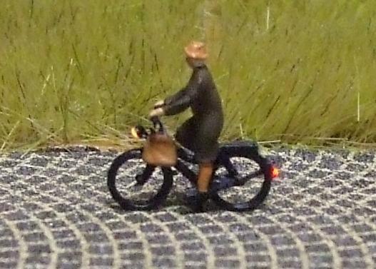 1:160 Radfahrerin mit Mantel + Tasche  - Preiser Figur beleuchtet by Bicyc-LED | günstig bestellen bei Modelleisenbahn Center  MCS Vertriebs GmbH