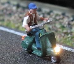 1:160 Motorroller Fahrer mit Weste und Mütze  - Noch Figur beleuchtet by Bicyc-LED | günstig bestellen bei Modelleisenbahn Center  MCS Vertriebs GmbH