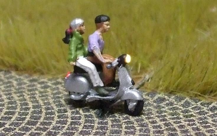 1:160 Motorroller Fahrer + Sozius, beide mit Helm  - Noch Figur beleuchtet by Bicyc-LED | günstig bestellen bei Modelleisenbahn Center  MCS Vertriebs GmbH