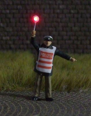 1:87 Polizist mit Warnweste + roter Stopp-Kelle  - Preiser Figur beleuchtet by Bicyc-LED | günstig bestellen bei Modelleisenbahn Center  MCS Vertriebs GmbH