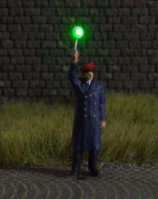 1:87 Bahnbeamter mit roter Mütze und grüner Signalkelle  - Preiser Figur beleuchtet by Bicyc-LED | günstig bestellen bei Modelleisenbahn Center  MCS Vertriebs GmbH