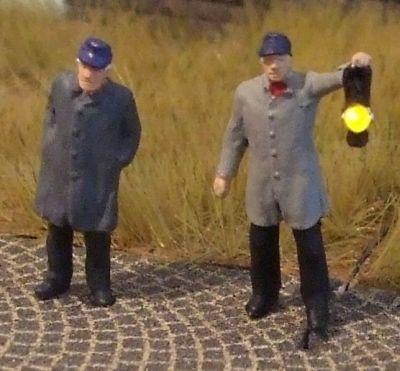 1:87 BW-Personal, 2 Figuren, einer davon mit beleuchteter Handlampe  - Preiser Figur beleuchtet by Bicyc-LED | günstig bestellen bei Modelleisenbahn Center  MCS Vertriebs GmbH