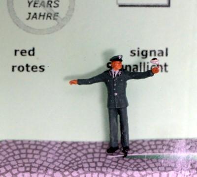 1:87 VOPO mit roter Stopp-Kelle  - Preiser Figur beleuchtet by Bicyc-LED | günstig bestellen bei Modelleisenbahn Center  MCS Vertriebs GmbH