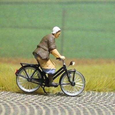 1:87 Radfahrerin – Bäuerin  - Preiser Figur beleuchtet by Bicyc-LED | günstig bestellen bei Modelleisenbahn Center  MCS Vertriebs GmbH