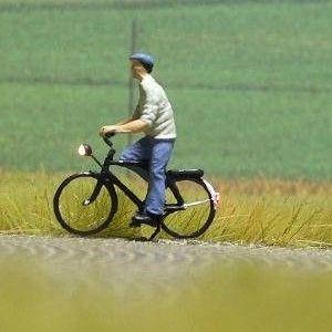 1:87 Radfahrer mit Hemd + Mütze  - Preiser Figur beleuchtet by Bicyc-LED | günstig bestellen bei Modelleisenbahn Center  MCS Vertriebs GmbH