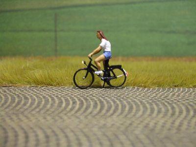 1:87 Radfahrer mit T-Shirt und kurzer Hose  - Preiser Figur beleuchtet by Bicyc-LED | günstig bestellen bei Modelleisenbahn Center  MCS Vertriebs GmbH
