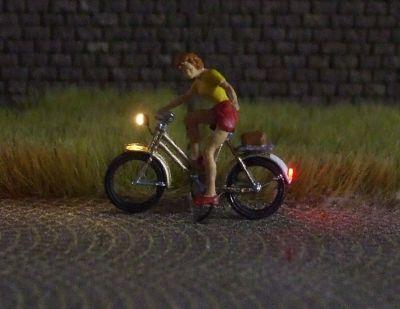 1:87 Radfahrerin mit Sommerbekleidung, gibt Handzeichen  - Preiser Figur beleuchtet by Bicyc-LED | günstig bestellen bei Modelleisenbahn Center  MCS Vertriebs GmbH