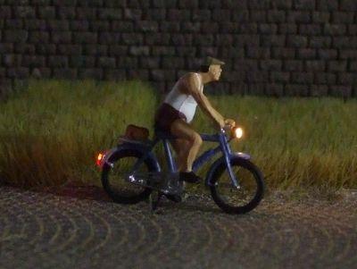 1:87 Radfahrer mit Mütze und kurzer Hose  - Preiser Figur beleuchtet by Bicyc-LED | günstig bestellen bei Modelleisenbahn Center  MCS Vertriebs GmbH