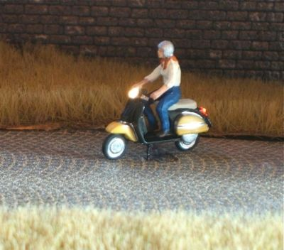1:87 Motorroller Fahrerin mit Bluse + Helm  - Preiser Figur beleuchtet by Bicyc-LED | günstig bestellen bei Modelleisenbahn Center  MCS Vertriebs GmbH