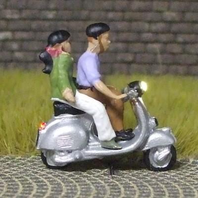 1:87 Motorroller Fahrer + Sozius, beide mit Helm   - Noch Figur beleuchtet by Bicyc-LED | günstig bestellen bei Modelleisenbahn Center  MCS Vertriebs GmbH