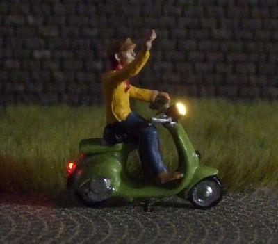 1:87 Motorroller Fahrer mit Hemd und Mütze  - Noch Figur beleuchtet by Bicyc-LED | günstig bestellen bei Modelleisenbahn Center  MCS Vertriebs GmbH