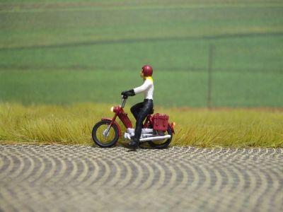 1:87 Mofa Fahrerin mit Pullover + Helm  - Preiser Figur beleuchtet by Bicyc-LED | günstig bestellen bei Modelleisenbahn Center  MCS Vertriebs GmbH
