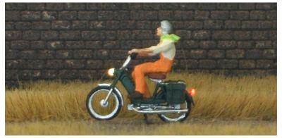 1:87 Mofa Fahrerin mit Latzhose + Helm  - Preiser Figur beleuchtet by Bicyc-LED | günstig bestellen bei Modelleisenbahn Center  MCS Vertriebs GmbH