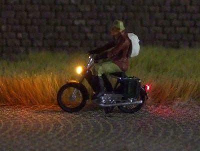 1:87 Mofa Fahrer mit Jacke, Rucksack und Mütze  - Preiser Figur beleuchtet by Bicyc-LED | günstig bestellen bei Modelleisenbahn Center  MCS Vertriebs GmbH