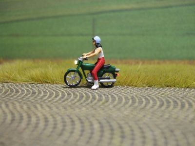 1:87 Mokick Fahrerin mit T-Shirt + Helm  - Preiser Figur beleuchtet by Bicyc-LED | günstig bestellen bei Modelleisenbahn Center  MCS Vertriebs GmbH