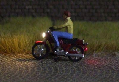 1:87 Mokick Fahrer mit Jacke ohne Helm  - Preiser Figur beleuchtet by Bicyc-LED | günstig bestellen bei Modelleisenbahn Center  MCS Vertriebs GmbH