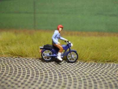 1:87 Mokick Fahrer mit Helm, einhändig fahrend  - Preiser Figur beleuchtet by Bicyc-LED | günstig bestellen bei Modelleisenbahn Center  MCS Vertriebs GmbH