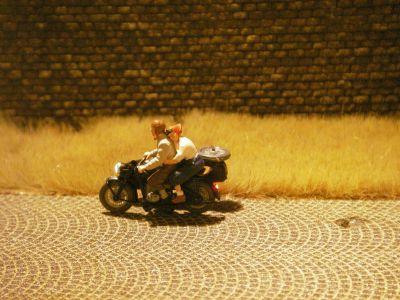 1:87 Motorradgespann Fahrer mit Lederhaube   - Preiser Figur beleuchtet by Bicyc-LED | günstig bestellen bei Modelleisenbahn Center  MCS Vertriebs GmbH