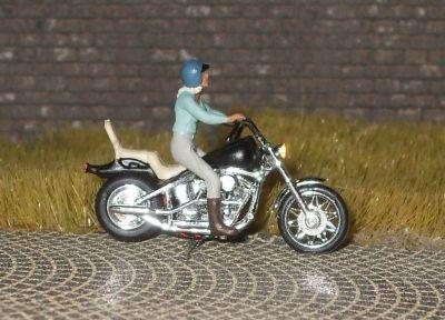 1:87 US Motorrad Fahrerin mit Helm und Shirt  - Preiser Figur beleuchtet by Bicyc-LED | günstig bestellen bei Modelleisenbahn Center  MCS Vertriebs GmbH