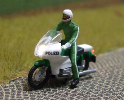 1:87 BMW Polizei-Krad Fahrer stehend  - Preiser Figur beleuchtet by Bicyc-LED | günstig bestellen bei Modelleisenbahn Center  MCS Vertriebs GmbH