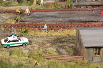 Grasstreifen herbstgelb, 10mm hoch, 8 Stück - Heki - je 100mm lang | günstig bestellen bei Modelleisenbahn Center  MCS Vertriebs GmbH