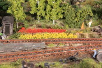 Blumenstreifen gelb und rot blühend, 10mm hoch, 8 Stück - Heki - je 100mm lang | günstig bestellen bei Modelleisenbahn Center  MCS Vertriebs GmbH