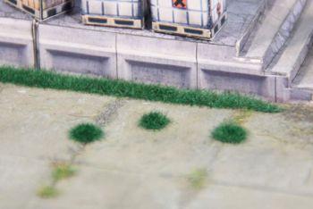 Grasbüschel dunkelgrün, 2,5m hoch, 100 Büschel + 5 Streifen - Heki - niedrig für kleine Spurweiten | günstig bestellen bei Modelleisenbahn Center  MCS Vertriebs GmbH