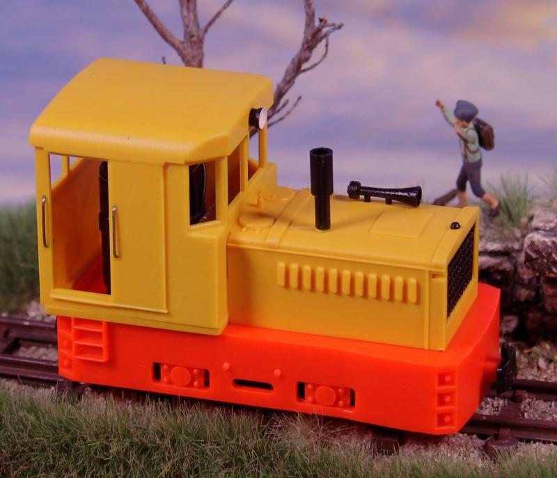 H0e Plymouth Diesellok mit gelbem Aufbau und rotem Chassis - Minitrains 2055  | günstig bestellen bei Modelleisenbahn Center  MCS Vertriebs GmbH