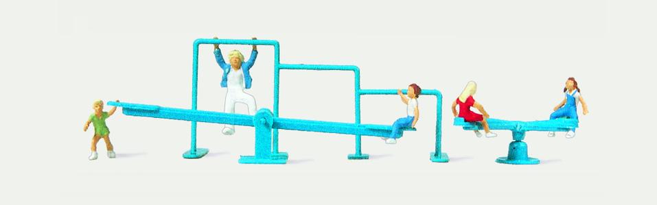 1:160 Kinderspielplatz mit Karussel und spielenden Kindern- Merten  | günstig bestellen bei Modelleisenbahn Center  MCS Vertriebs GmbH
