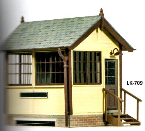 1:45 kleines Stellwerk in Holzbauweise - Peco LK709  | günstig bestellen bei Modelleisenbahn Center  MCS Vertriebs GmbH