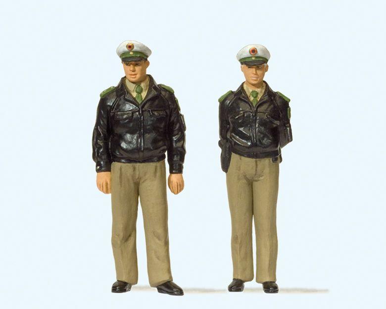 1:22,5 Polizisten stehend mit grünen Uniformen - Preiser 44900  | günstig bestellen bei Modelleisenbahn Center  MCS Vertriebs GmbH