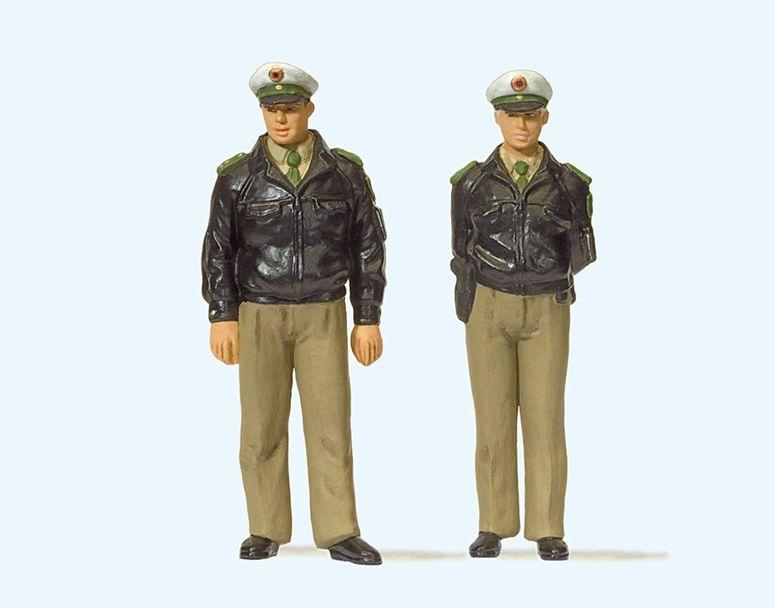 1:32 Polizisten stehend, mit grünen Uniformen, Deutschland - Preiser 63100  | günstig bestellen bei Modelleisenbahn Center  MCS Vertriebs GmbH