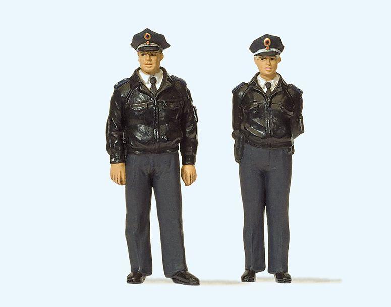 1:32 Polizisten stehend, mit blauen Uniformen, Deutschland - Preiser 63101  | günstig bestellen bei Modelleisenbahn Center  MCS Vertriebs GmbH