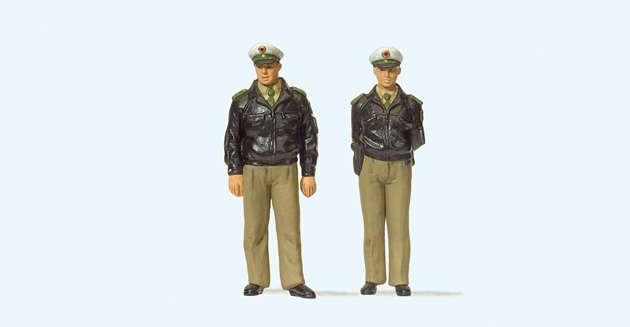 1:45 Polizisten mit grüner Uniform, Deutschland - Preiser 65363  | günstig bestellen bei Modelleisenbahn Center  MCS Vertriebs GmbH