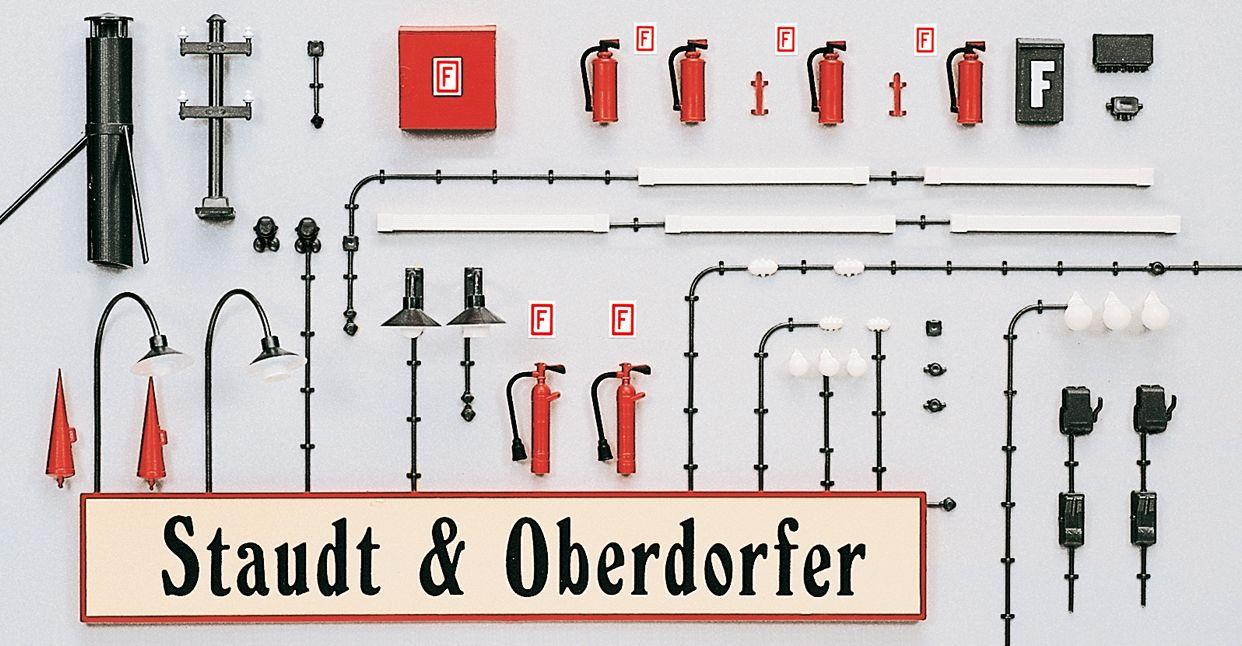 Gebäudezubehör: Lampen, Schilder, Sicherungskästen uvm - Preiser 65807  - geeignet für die Maßstäbe 1:32 - 1:50 | günstig bestellen bei Modelleisenbahn Center  MCS Vertriebs GmbH