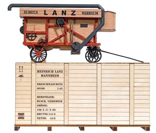 1:43 Dreschmaschine Typ Lanz mit attraktiver Holzkiste - Busch  - fein detailliertes Fertigmodell aus Echtholz | günstig bestellen bei Modelleisenbahn Center  MCS Vertriebs GmbH