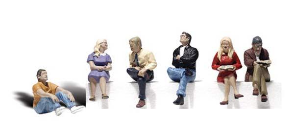 1:50 Sitzende Personen - Woodland  | günstig bestellen bei Modelleisenbahn Center  MCS Vertriebs GmbH