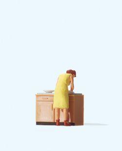 1:87 Hausfrau beim Spülen- Preiser 28145 Art.Nr.663-28145