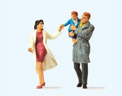 1:32 Paar mit Kind, gehend - Preiser 63096 Art.Nr.663-63096